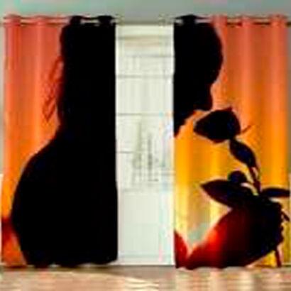 cortina-mujer-oliendo-flor